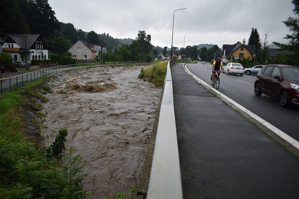 Rozvodněná řeka Bělá na pomezí Jeseníku a Bělá pod Pradědem
