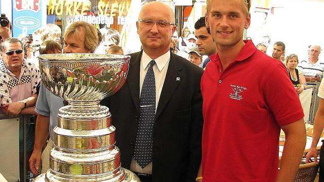 Jakub Kindl pózuje coby člen organizace Detroit Red Wings se Stanley Cupem. Vedle něj je na snímku z loňského srpna prezident Draků Vladimír Velčovský