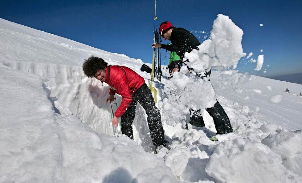 Horská služba provádí lavinové měření ve Velkém kotli v Jeseníkách.