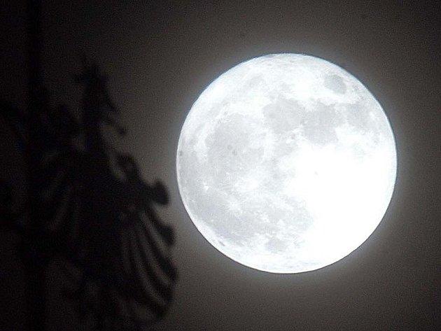 Měsíc nad Olomoucí v sobotu 19. března 2011