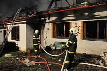 Dva lidé zemřeli při požáru ve Štítech. Ilustrační foto ze 16. dubna 2014.