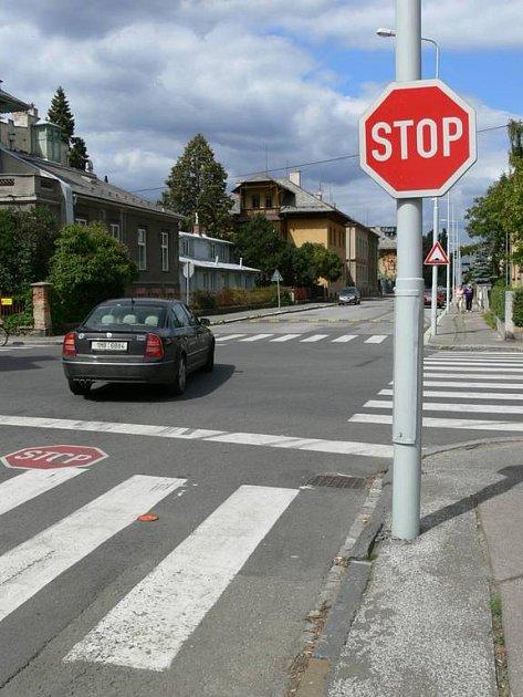 Pokud chce řidič na této křižovatce ulic Jeremenkova a Rooseveltova v Šumperku bezpečně odbočit, musí zastavit přímo na přechodu pro chodce.