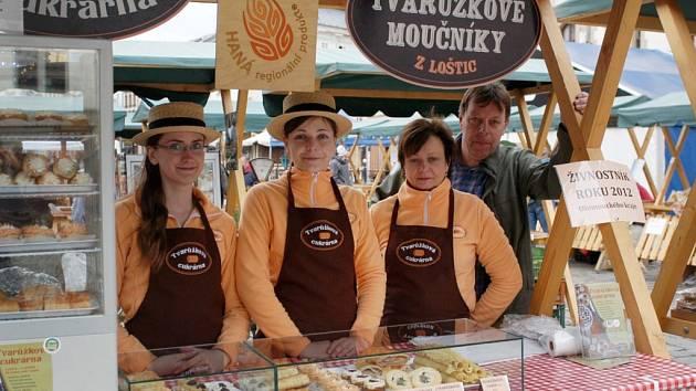 První Tvarůžkovou cukrárnu otevřeli v lednu 2012 v Lošticích manželé Poštulkovi. Vznikla z původní prodejny lahůdek poté, co začali nabízet kromě sladkostí i netradiční zákusky z tvarůžků. Vypadají sladce, ale chutnají slaně.