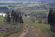 Rozhledna Stříbrná Twiggy mezi Hynčicemi pod Sušinou a Stříbrnicemi na Šumpersku. Pohled na Hynčice pod Sušinou.