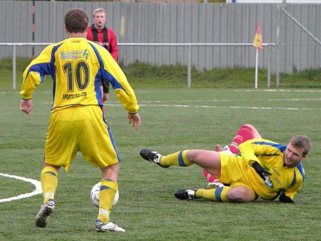 Kapitán Šumperku Bohdan Hecl leží na zemi po souboji s jesenickým hráčem. Číslo 10 má Petr Navrátil, vzadu vše sleduje jesenický Antonín Pavelka.