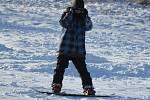 Na svahu o víkendu řádily děti na sáňkách i bobech, nechyběli ani snowboardisté