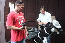 Amatérský astrofotograf Martin Tyršal (vlevo) a Karel Trutnovský pořizují snímky vesmíru z prostějovské hvězdárny