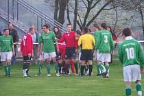 Lipová zvítězila brankou kapitána Aleše Burgeta 1:0. Hlavní roli však sehrál rozhodčí Petr Odlévák (ve žlutém)