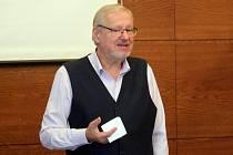 Biotronik Tomáš Pfeiffer na přednášce v Prostějově.