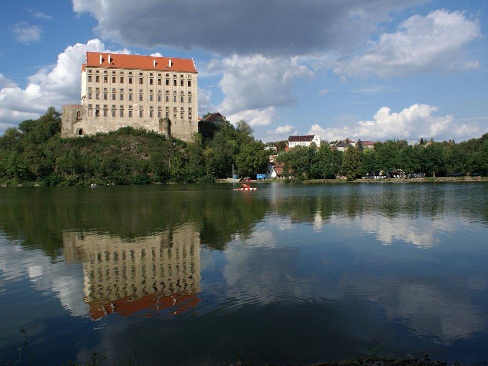 Plumlovský zámek nad podhradským rybníkem