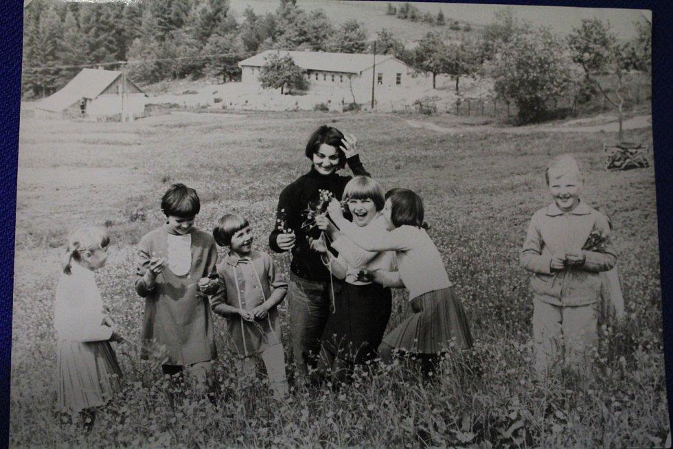 Nedělní vycházky, 1969.  Každou neděli si vyšly všechny místní děti na procházku po okolí. Tento hezký zvyk se bohužel nedochoval.