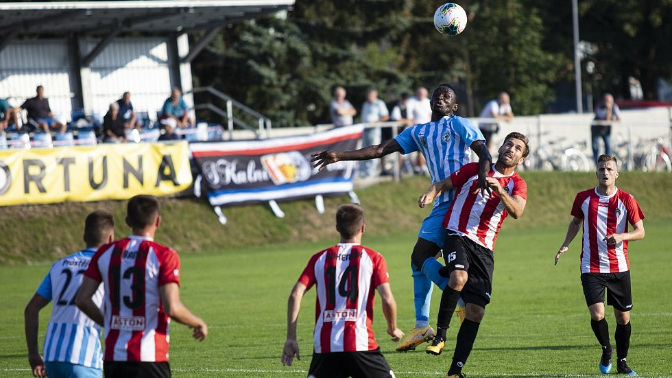 Fotbalisté Prostějova (v bílo-modrém) prohráli s Viktorií Žižkov 0:2.
