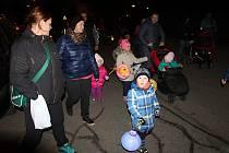 NADŠENÉ DĚTI. Lampionový průvod spojený s ukládáním broučků bavil děti z Olšan a okolí.