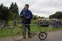 Při šestém ročníku akce Na bicyklech Němčickem se sjelo více než šest set účastníků. Přijel i nejstarší závodník, třiaosmdesátiletý Josef Vozihnoj z Vrchoslavic na byciklu vlastní konstrukce.