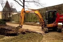 Budování nových chodníků ve Smetanových sadech. Opravy se dočkají i městské hradby