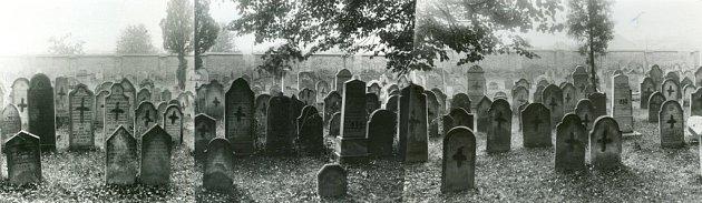Panorama hřbitova vpohledu směrem kdnešní škole je vytvořené zfotografií, které byly pořízeny před vytrháním náhrobků asi vroce 1943