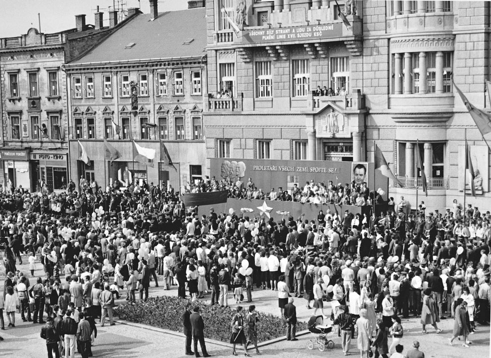 2. Původní oslavy mezinárodního dělnického svátku byly u nás ve druhé polovině minulého století zneužity na podporu komunistických myšlenek a demonstraci vzájemného svazku se Sovětským svazem.