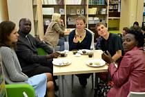 Loňská snídaně v trávě proběhla kvůli deštivému počasí uvnitř knihovny. Dorazila i návštěva z Ugandy.