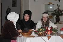 Terezka a Petr se dostali do zámku, kde se díky pohádkovým bytostem i obyvatelům zámku dozvěděli něco o vánočních tradicích. A s nimi všichni návštěvníci, kteří je při jejich putování doprovázeli.