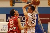 Prostějovský basketbalista Stanislav Votroubek vpravo) trefil v duelu s Nymburkem všechny čtyři trojkové pokusy a střelecky tím předčil i nejužitečnějšího borce Mattoni NBL Radoslava Rančíka.