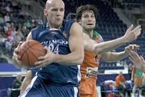 Tomaszek (modrý dres) při úniku, který nakonec skončil košem.