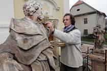 Sochy Svatého Petra a Svatého Pavla od významného barokního sochaře Andrease Zahnera opravují v Čechách pod Kosířem. Restaurátorem je akademický sochař René Tikal.