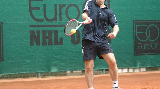 Hokejista Jaromír Jágr se s tenisovou raketou potkává zřídka.