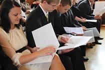 Předávání maturitního vysvědčení v přednáškovém sále Národního domu