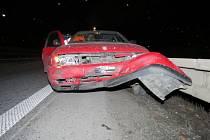 Autě za jízdy upadlo kolo. Následovala srážka se svodidly s téměř dvou set tisícovou škodou