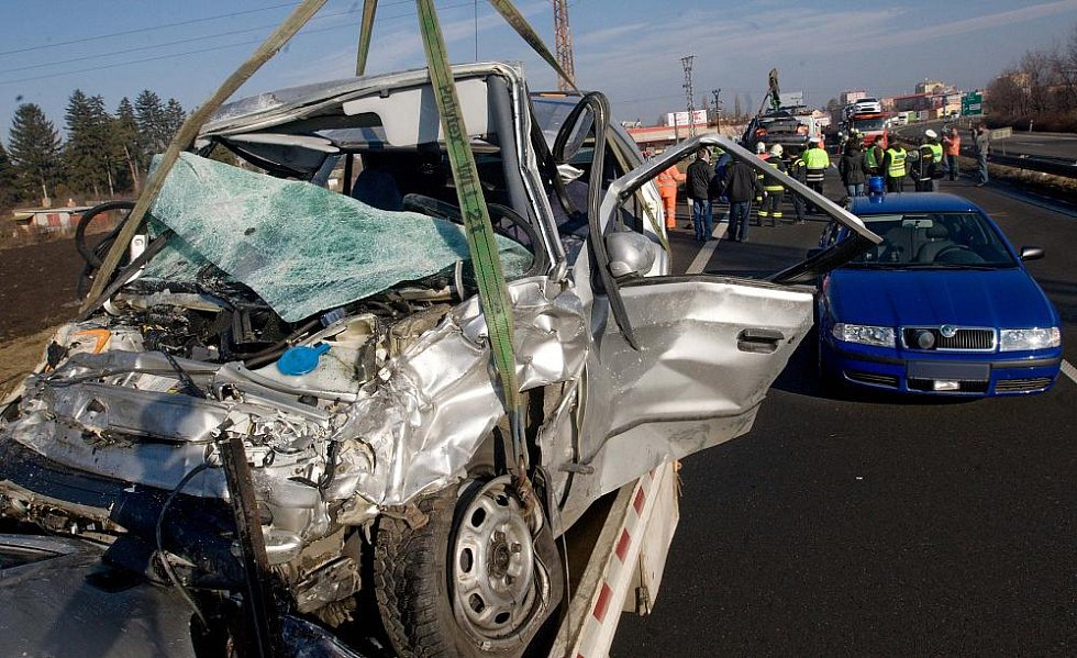 Odstraňování vraků po tragické nehodě na R46 v Prostějově, při které zemřelo šest lidí