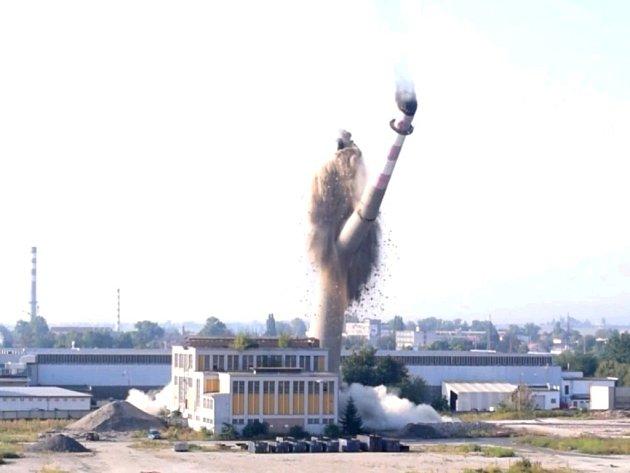Odstřel komínu v areálu bývalého OP Prostějov.