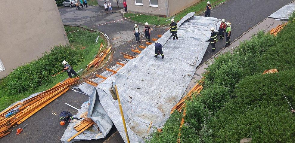 Likvidace střechy, která z budovy bývalých vojenských lesů v Lesnické ulici v Plumlově ulétla při bouřce v pondělí 1. července 2019