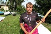 Někdejší druholigový fotbalista Prostějova Drahoš Zelina, řídí v současnosti od kormidla dračí loď.