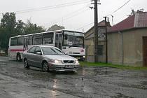 Řidiči v Otaslavicích musejí složitě objíždět hluboké díry.