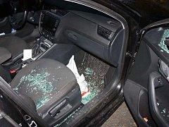 Mladá žena si v autě na dvacet minut nechala kabelku. Přišla o ni.