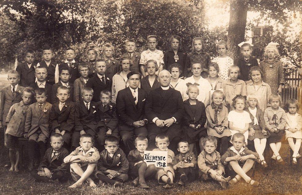 Školní foto z roku 1929, uprostřed učitel Jan Dadák a farář František Bílek.