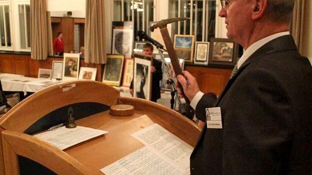V prostějovském Národním domě se ve čtvrtek konala veřejná dražba výtvarných děl, jejíž výtěžek pomůže soukromé škole pro děti s kombinovaným postižením Jistota v Prostějově.