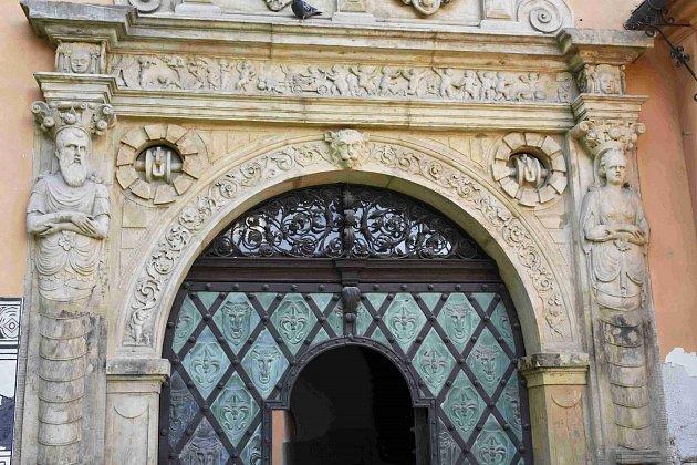 Hádanka č. 15: Detail na vstupním portálu do prostějovského zámku.