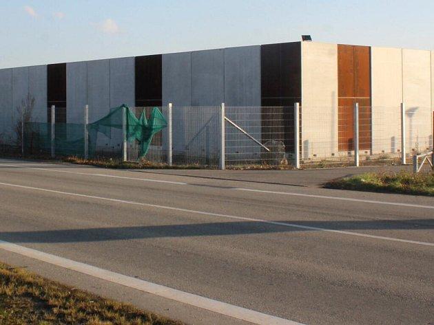V Prostějově na Plumlovské ulici se nadále staví na pozemku zakrytém betonovým plotem. Na hejtmanství mezitím dorazily stížnosti.