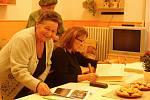 Den otevřených dveří v Dětském domově v Plumlově  - 15. listopadu 2019 - Bývalá vychovatelka Marie Rozehnalová vlevo