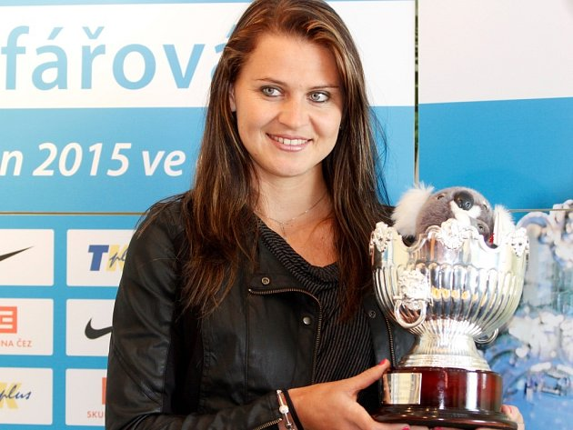 Lucie Šafářová v Prostějově ukázala trofej pro vítězku Australian Open ve čtyřhře.