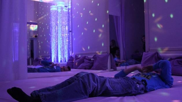 Smyslová místnost slouží k rozvoji smyslového vnímání u handicapovaných dětí. Využívají ji i děti ze Základní školy a Dětského domova na Tetíně