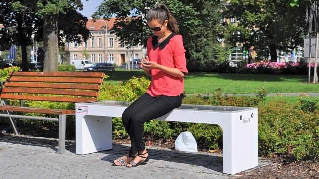 Solární lavička u kina Metro 70 v Prostějově