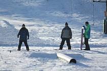 Na svahu v Kladkách o víkendu řádily děti na sáňkách i bobech, nechyběli ani snowboardisté. Vlek zde zpustí ve středu