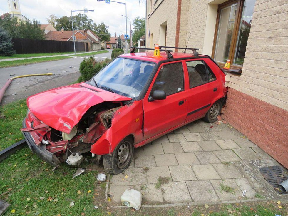 Řidič kvůli mikrospánku nezvládl řízení a boural.