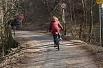 Havarijní stav cesty vedoucí po jižním břehu plumlovské přehrady. V katastrofálním stavu je i mostek u ústí potoka Klužínek do přehrady.