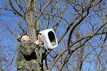 Ochránci přírody instalovali v okolí Plumlova hmyzí hotely i ptačí budky