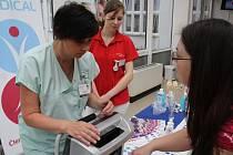 Lékaři a studenti zjišťovali, jak si lidé dovedou umývat ruce