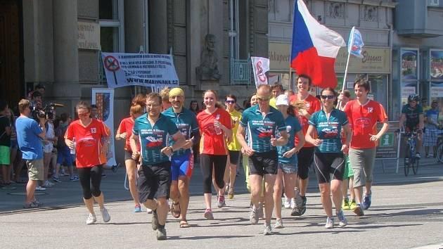 Účastníci dvanáctého ročníku Cykloběhu za Českou republiku bez drog zastavili v úterý před prostějovskou radnicí