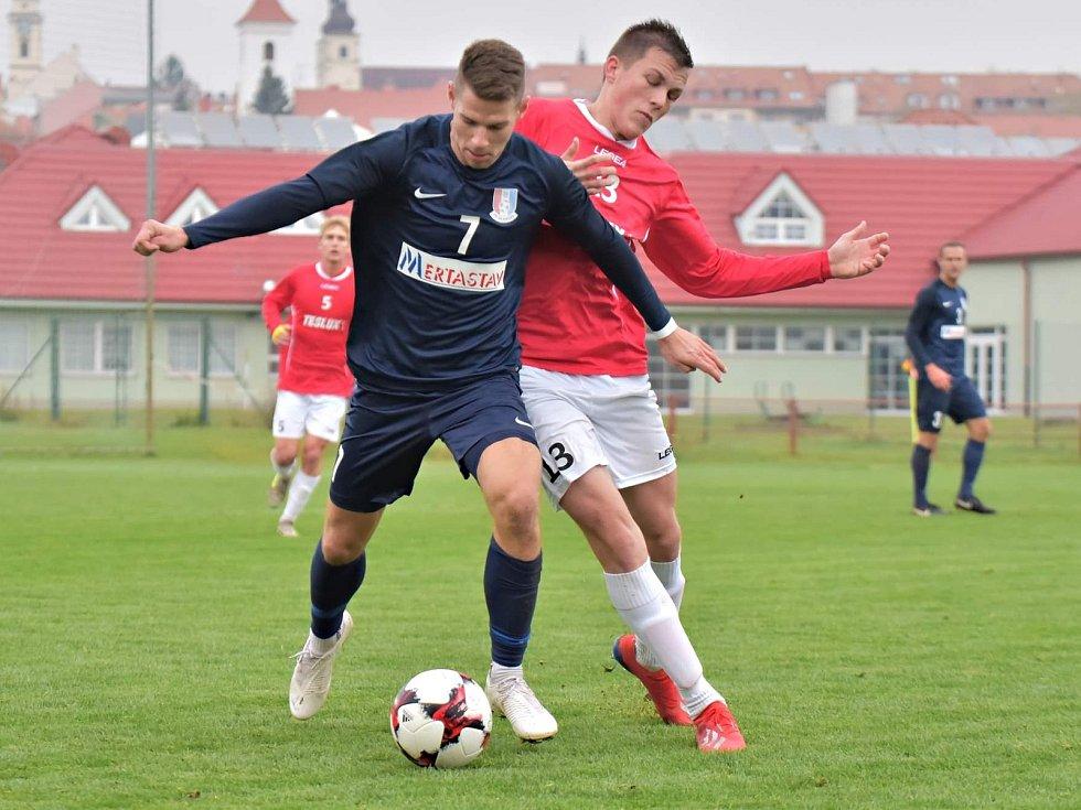 Druhého vítězství na hřiští soupeře dosáhl nováček Moravskoslezské fotbalové ligy FK Blansko (modré dresy) v Uherském Brodě, kde vyhrál 1:0. Foto: Josef Kratochvíl